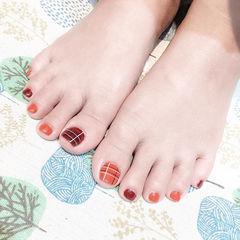 脚部红色焦糖色格纹显白美甲图片