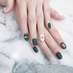 圆形绿色白色钻磨砂美甲图片