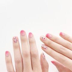 圆形粉色渐变手绘花朵磨砂ins美图分享,想学美甲咨询微信mjbyxs6哦~美甲图片