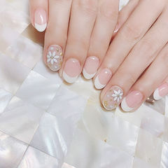 圆形白色法式手绘花朵金属饰品简约新娘ins美图分享,想学美甲咨询微信mjbyxs6哦~美甲图片