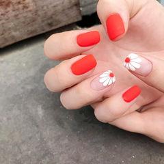 方圆形红色白色手绘雏菊磨砂美甲图片