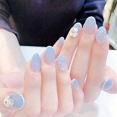 圆形蓝色渐变钻贝壳片简约美甲图片