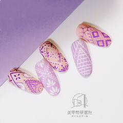 圆形粉色紫色手绘磨砂研习社美甲帮研习社学员作品,想学美甲咨询微信mjbyxs6哦~美甲图片