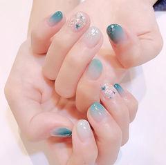 圆形蓝色渐变贝壳片短指甲夏天美甲图片