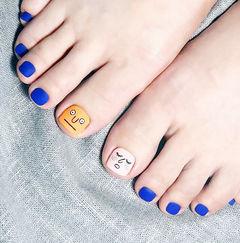 脚部蓝色白色焦糖色手绘可爱磨砂美甲图片