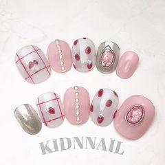 圆形粉色银色珍珠线条草莓美甲图片