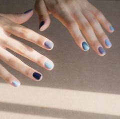 圆形蓝色灰色跳色简约美甲图片