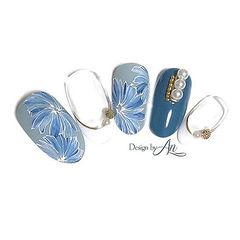 圆形蓝色手绘花朵珍珠白色法式美甲图片
