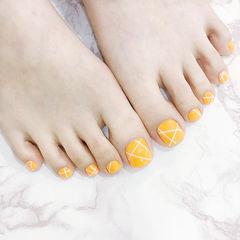 脚部黄色线条美甲图片