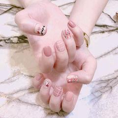 方圆形粉色手绘花朵格纹可爱美甲图片