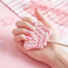方圆形粉色白色格纹心形磨砂美甲图片