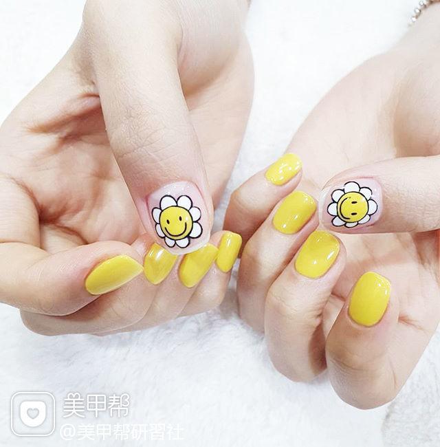 方圆形黄色花朵笑脸可爱夏天ins美图分享,想学美甲咨询微信mjbyxs6哦~美甲图片