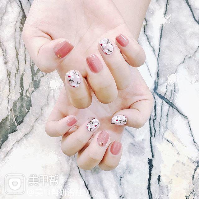 方圆形粉色白色手绘花朵简约ins美图分享,想学美甲咨询微信mjbyxs6哦~美甲图片
