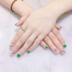 方圆形绿色白色手绘树叶圆法式夏天美甲图片