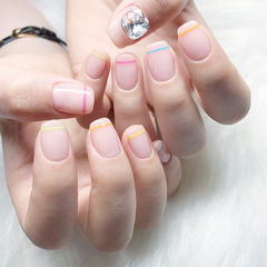 方圆形裸色粉色蓝色黄色线条钻夏天美甲图片