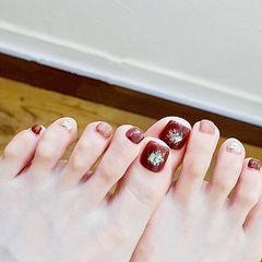 脚部酒红色贝壳片金箔美甲图片