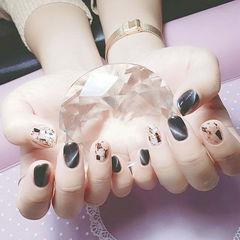 圆形黑色猫眼贝壳片金箔美甲图片