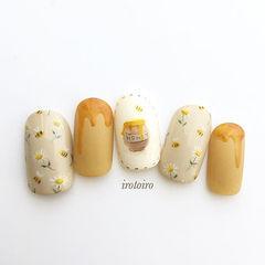 圆形黄色裸色手绘花朵可爱美甲图片