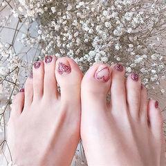 脚部红色心形闪粉美甲图片