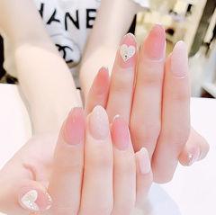 圆形粉色银色心形新娘美甲图片