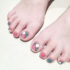脚部粉色灰色手绘几何美甲图片