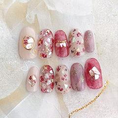 圆形裸色粉色贝壳片金箔干花晕染美甲图片