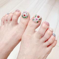 脚部粉色白色灰色手绘花朵跳色ins美图分享,想学美甲咨询微信mjbyxs6哦~美甲图片