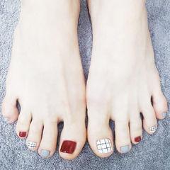 脚部红色灰色白色格纹跳色ins美图分享,想学美甲咨询微信mjbyxs6哦~美甲图片