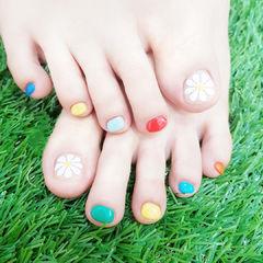 脚部红色蓝色黄色白色手绘雏菊跳色夏天美甲图片
