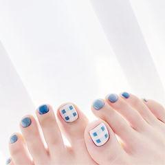 脚部蓝色格纹夏天美甲图片