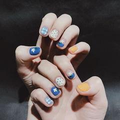 圆形蓝色黄色手绘花朵波点短指甲跳色美甲图片
