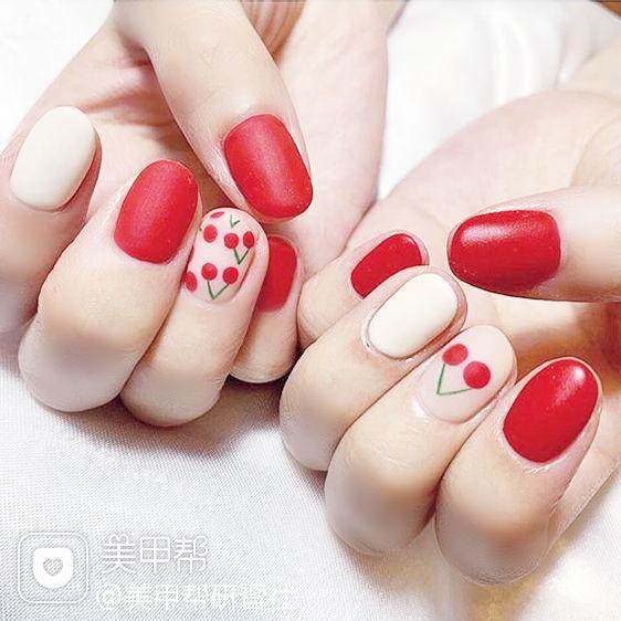 圆形红色白色手绘樱桃水果磨砂夏天想学习这么好看的美甲吗?可以咨询微信mjbyxs3哦~美甲图片