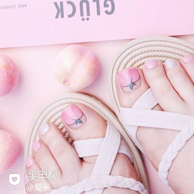 脚部粉色银色蜜桃夏天美甲图片