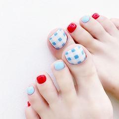 脚部蓝色红色格纹跳色美甲图片