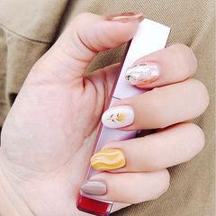 圆形白色黄色裸色手绘花朵晕染金箔想学习这么好看的美甲吗?可以咨询微信mjbyxs3哦~美甲图片