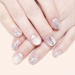 圆形白色银色贝壳珍珠钻线条渐变想学习这么好看的美甲吗?可以咨询微信mjbyxs3哦~美甲图片