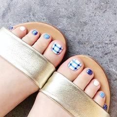 脚部蓝色白色格纹跳色美甲图片