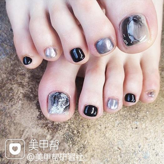 脚部黑色灰色晕染银箔想学习这么好看的美甲吗?可以咨询微信mjbyxs3哦~美甲图片