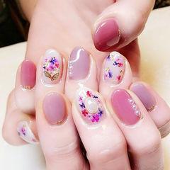 圆形粉色紫色干花珍珠跳色想学习这么好看的美甲吗?可以咨询微信mjbyxs3哦~美甲图片