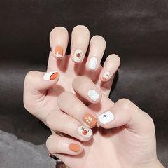圆形橙色白色手绘可爱短指甲想学习这么好看的美甲吗?可以咨询微信mjbyxs3哦~美甲图片