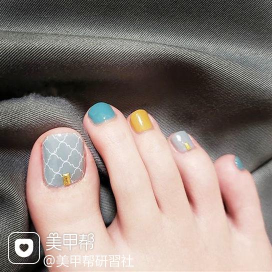 脚部蓝色黄色灰色手绘跳色想学习这么好看的美甲吗?可以咨询微信mjbyxs3哦~美甲图片