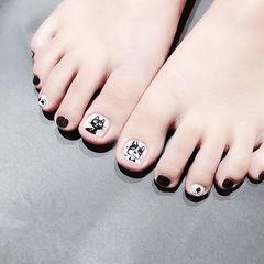 脚部黑色白色手绘猫咪可爱想学习这么好看的美甲吗?可以咨询微信mjbyxs3哦~美甲图片