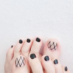 脚部黑色裸色线条简约想学习这么好看的美甲吗?可以咨询微信mjbyxs3哦~美甲图片
