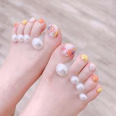 脚部橙色黄色贝壳片跳色夏天想学习这么好看的美甲吗?可以咨询微信mjbyxs3哦~美甲图片