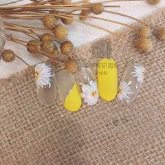 圆形黄色白色手绘斜法式花朵研习社美甲帮研习社武汉校区学员作品,想学美甲可以咨询微信mjbyxs3哦~美甲图片