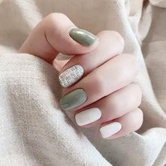 方圆形绿色白色手绘毛呢跳色想学习这么好看的美甲吗?可以咨询微信mjbyxs3哦~美甲图片
