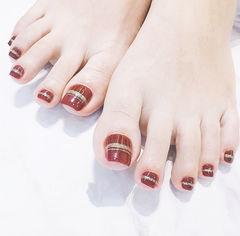 脚部红色线条新娘显白简约想学习这么好看的美甲吗?可以咨询微信mjbyxs3哦~美甲图片
