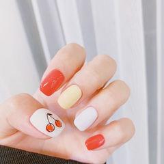 方圆形红色黄色白色手绘樱桃水果跳色夏天想学习这么好看的美甲吗?可以咨询微信mjbyxs3哦~美甲图片