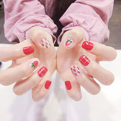 方圆形红色白色手绘草莓水果夏天想学习这么好看的美甲吗?可以咨询微信mjbyxs3哦~美甲图片