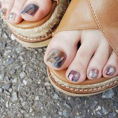 脚部棕色紫色蓝色晕染贝壳片想学习这么好看的美甲吗?可以咨询微信mjbyxs3哦~美甲图片
